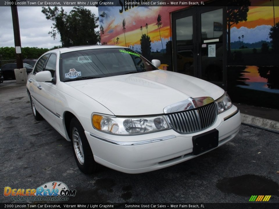 2000 Lincoln Town Car Executive Vibrant White / Light Graphite Photo #2
