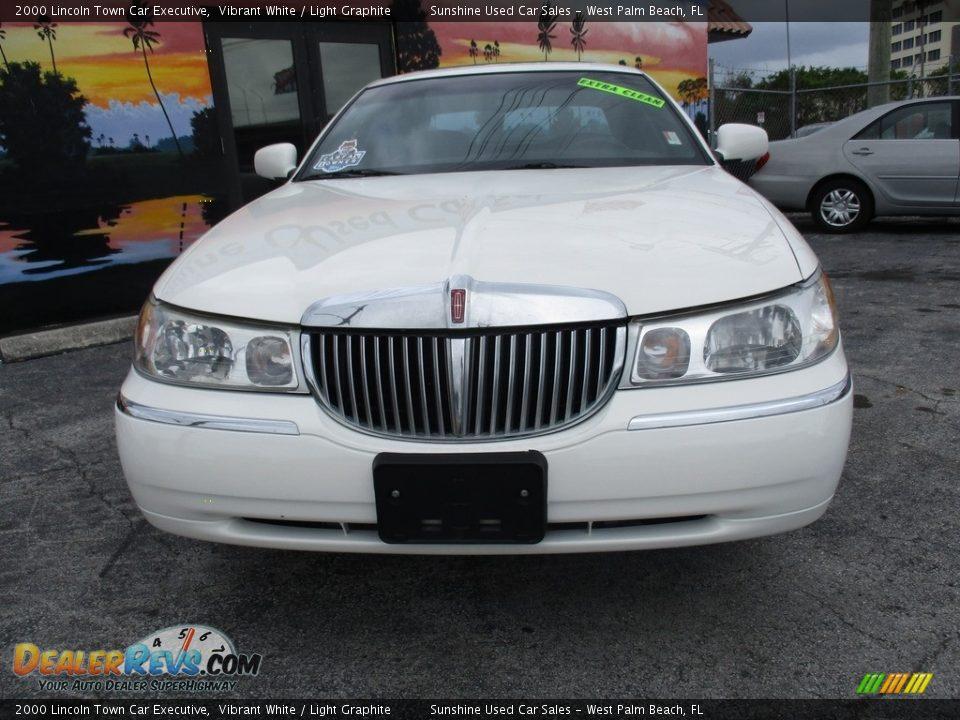 2000 Lincoln Town Car Executive Vibrant White / Light Graphite Photo #3