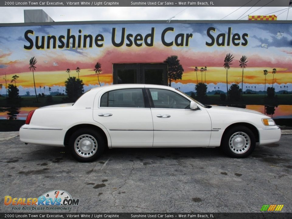 2000 Lincoln Town Car Executive Vibrant White / Light Graphite Photo #4