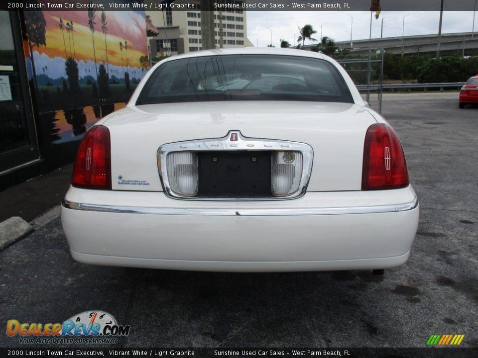 2000 Lincoln Town Car Executive Vibrant White / Light Graphite Photo #7