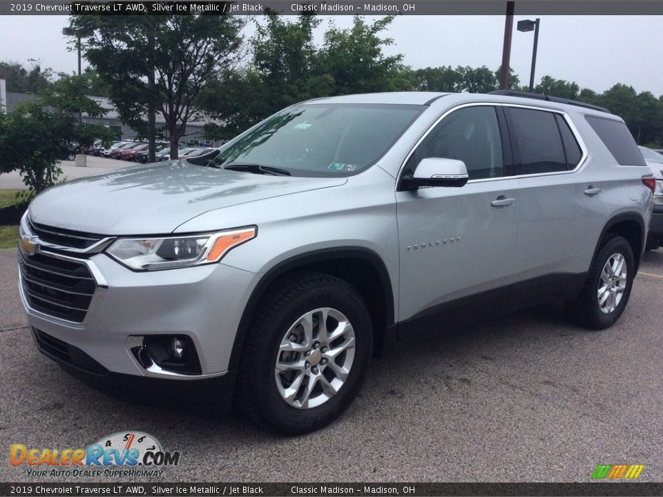 Front 3/4 View of 2019 Chevrolet Traverse LT AWD Photo #3