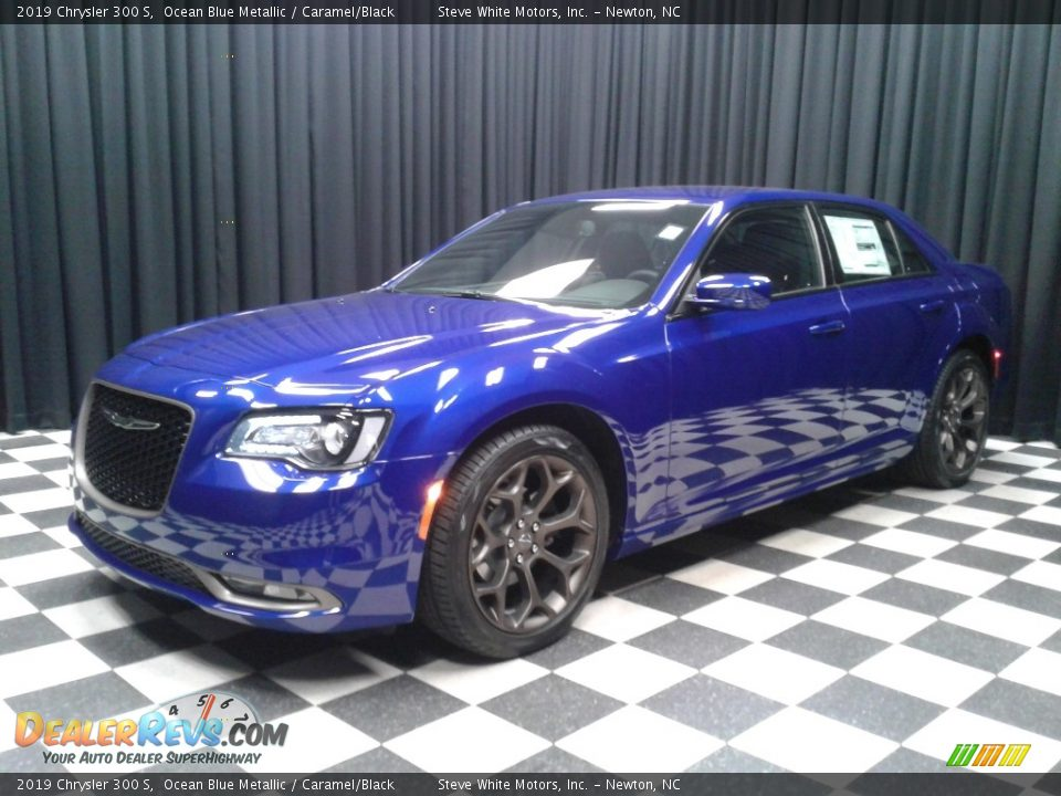 Front 3/4 View of 2019 Chrysler 300 S Photo #2