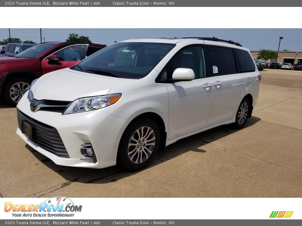 Front 3/4 View of 2020 Toyota Sienna XLE Photo #1