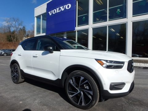 Crystal White Metallic Volvo XC40 T5 Momentum AWD.  Click to enlarge.