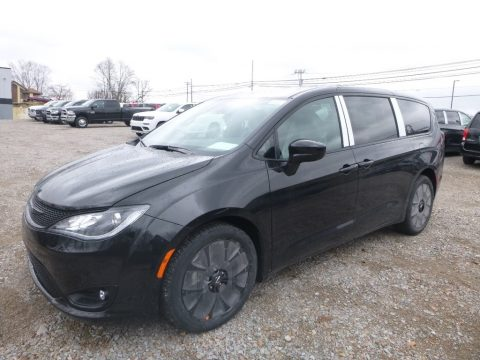 Brilliant Black Crystal Pearl Chrysler Pacifica Touring Plus.  Click to enlarge.