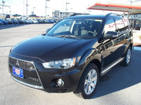 Labrador Black Metallic Mitsubishi Outlander SE.  Click to enlarge.